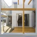 芝生丘のあるプライバシーを確保しつつ開く窓の家(宇治の家)の写真 ウッドデッキ