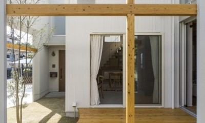 芝生丘のあるプライバシーを確保しつつ開く窓の家(宇治の家) (ウッドデッキ)