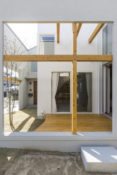 ウッドデッキ (芝生丘のあるプライバシーを確保しつつ開く窓の家(宇治の家))