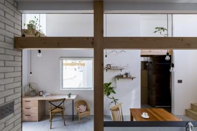 ダイニング (芝生丘のあるプライバシーを確保しつつ開く窓の家(宇治の家))
