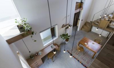 リビングダイニング|芝生丘のあるプライバシーを確保しつつ開く窓の家(宇治の家)
