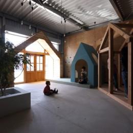 倉庫の中に家型の体験施設を並べたオフィス(近江八幡のワークスペース『はちぷちひろば』) (入口周辺)