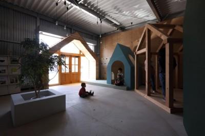 入口周辺 (倉庫の中に家型の体験施設を並べたオフィス(近江八幡のワークスペース『はちぷちひろば』))