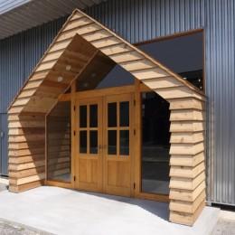 倉庫の中に家型の体験施設を並べたオフィス(近江八幡のワークスペース『はちぷちひろば』) (玄関)