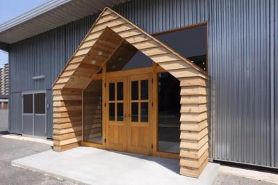 玄関 (倉庫の中に家型の体験施設を並べたオフィス(近江八幡のワークスペース『はちぷちひろば』))