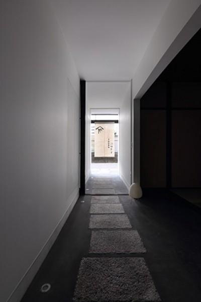 土間 (室内まで続く路地のあるゲストハウス(宇治民宿・宇治壱番宿にがうり))