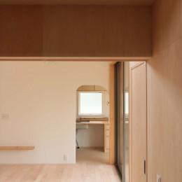 休耕地に建つ女性のための住宅 (休耕地の家|仏間からキッチンを見る)
