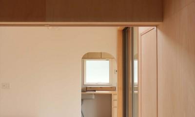 休耕地の家|仏間からキッチンを見る|休耕地に建つ女性のための住宅