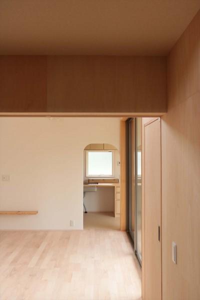 休耕地の家|仏間からキッチンを見る (休耕地に建つ女性のための住宅)