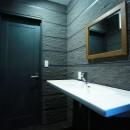 TOTOリモデルサービスの住宅事例「異素材で造るインダストリアルなトイレ」