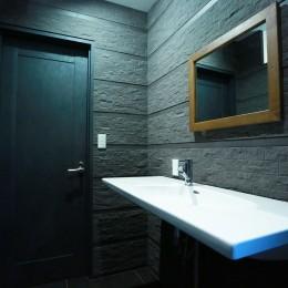 異素材で造るインダストリアルなトイレ (洗面)