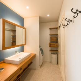 洗面、ユーティリティスペース (アクセントクロスで南仏テイストの造作洗面)