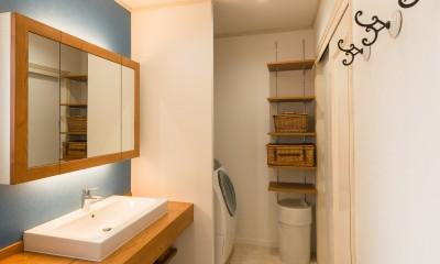 洗面、ユーティリティスペース|アクセントクロスで南仏テイストの造作洗面