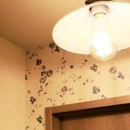 好きなモノに囲まれて暮らす~ナチュラルテイストな家 (トイレ照明)
