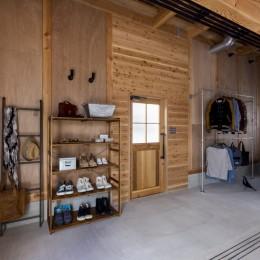 倉庫をリノベーションしたかのような新築の家(石部の家) (玄関)