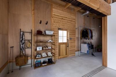 玄関 (倉庫をリノベーションしたかのような新築の家(石部の家))
