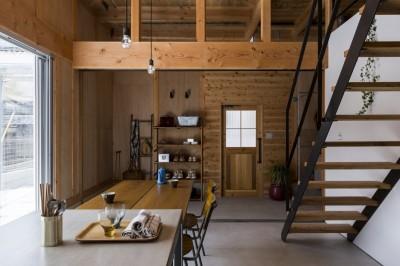 リビングダイニング (倉庫をリノベーションしたかのような新築の家(石部の家))