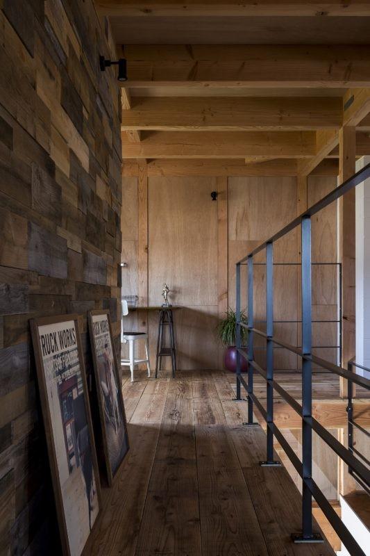 倉庫をリノベーションしたかのような新築の家(石部の家) (廊下)