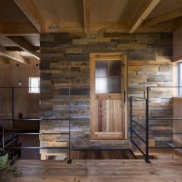 倉庫をリノベーションしたかのような新築の家(石部の家) (二階)