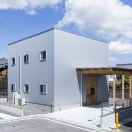 倉庫をリノベーションしたかのような新築の家(石部の家) (外観)