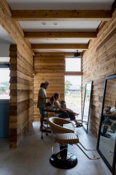 内装 (外にいるような開放的な美容室併用住宅(ヘアーサロンPECOS))