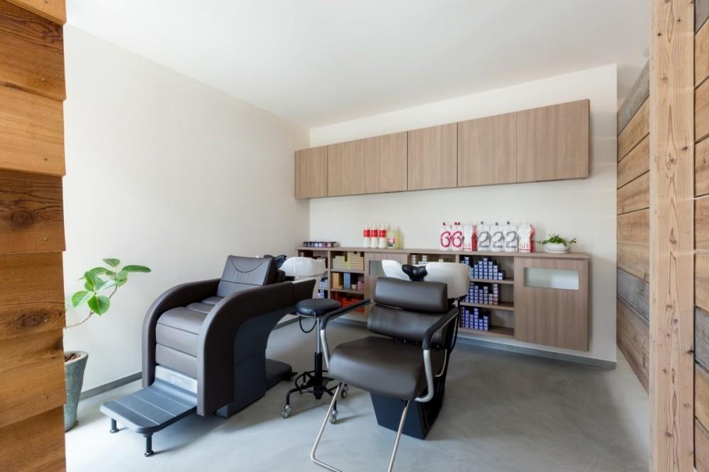 外にいるような開放的な美容室併用住宅(ヘアーサロンPECOS) (内装)