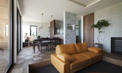 リビングダイニング|田園風景に向かって開く2階リビングの家(水口の家)