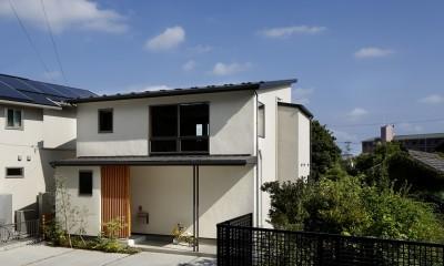 神社の緑を借景としたスキップフロアの家