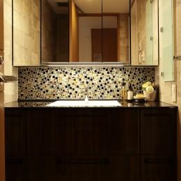 モザイクタイルが魅せるアーバンスペース (洗面室)