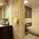 モザイクタイルが魅せるアーバンスペースの写真 浴室、洗面室