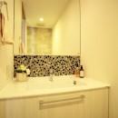 モザイクタイルが魅せるアーバンスペースの写真 トイレ内の洗面カウンター
