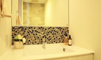 トイレ内の洗面カウンター|モザイクタイルが魅せるアーバンスペース