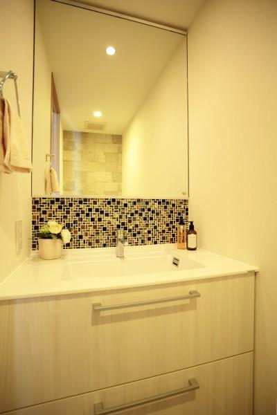 トイレ内の洗面カウンター (モザイクタイルが魅せるアーバンスペース)