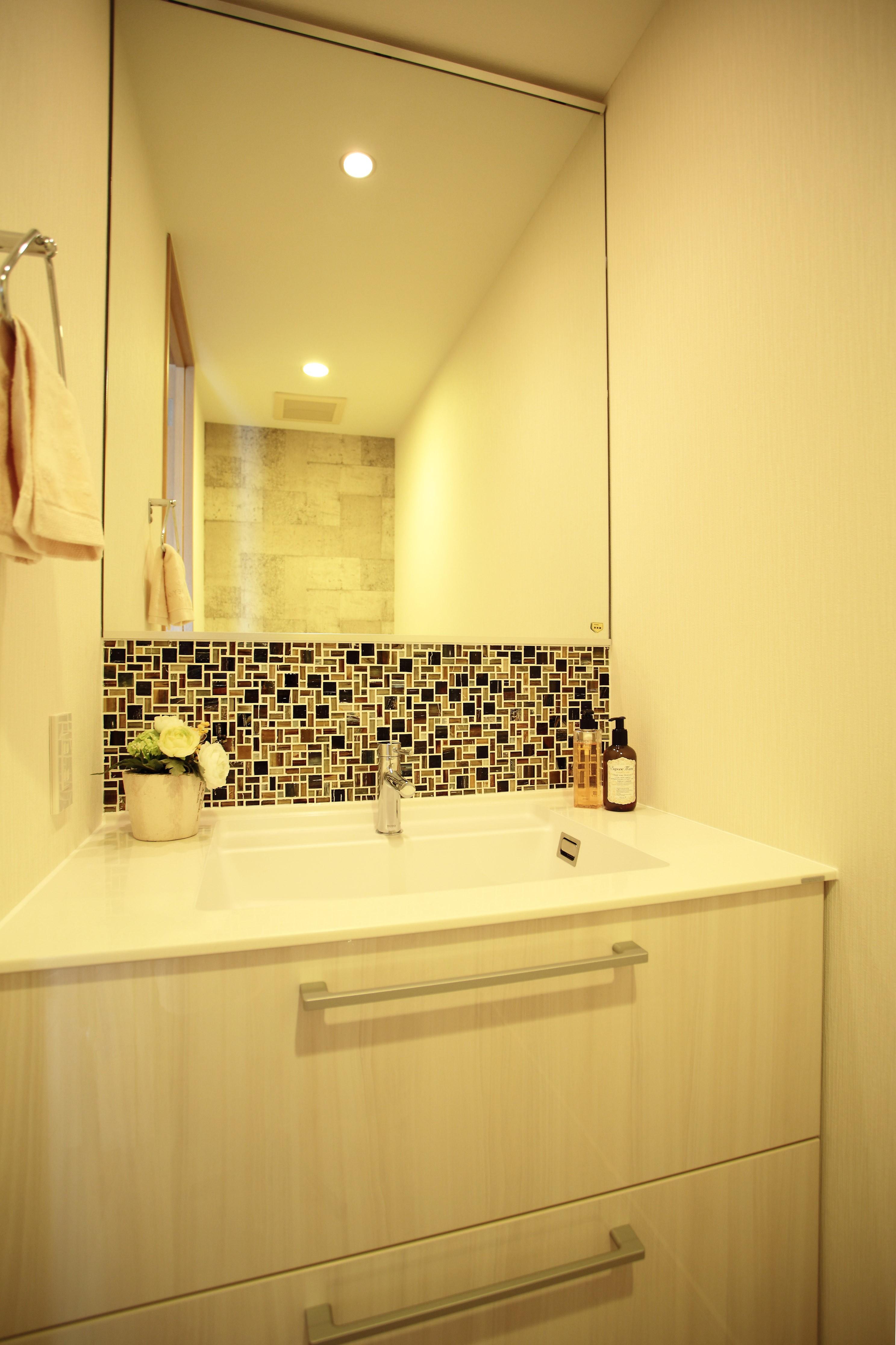 バス/トイレ事例:トイレ内の洗面カウンター(モザイクタイルが魅せるアーバンスペース)