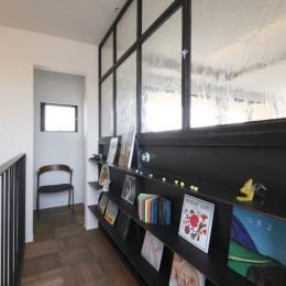 田園風景に向かって開く2階リビングの家(水口の家) (廊下)