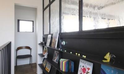 廊下|田園風景に向かって開く2階リビングの家(水口の家)