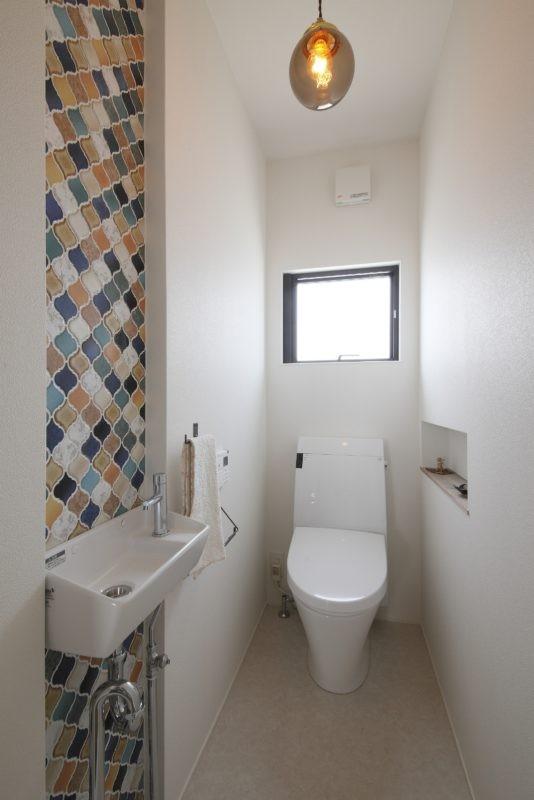 田園風景に向かって開く2階リビングの家(水口の家) (トイレ)