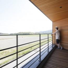 田園風景に向かって開く2階リビングの家(水口の家) (テラス)