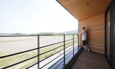 テラス|田園風景に向かって開く2階リビングの家(水口の家)