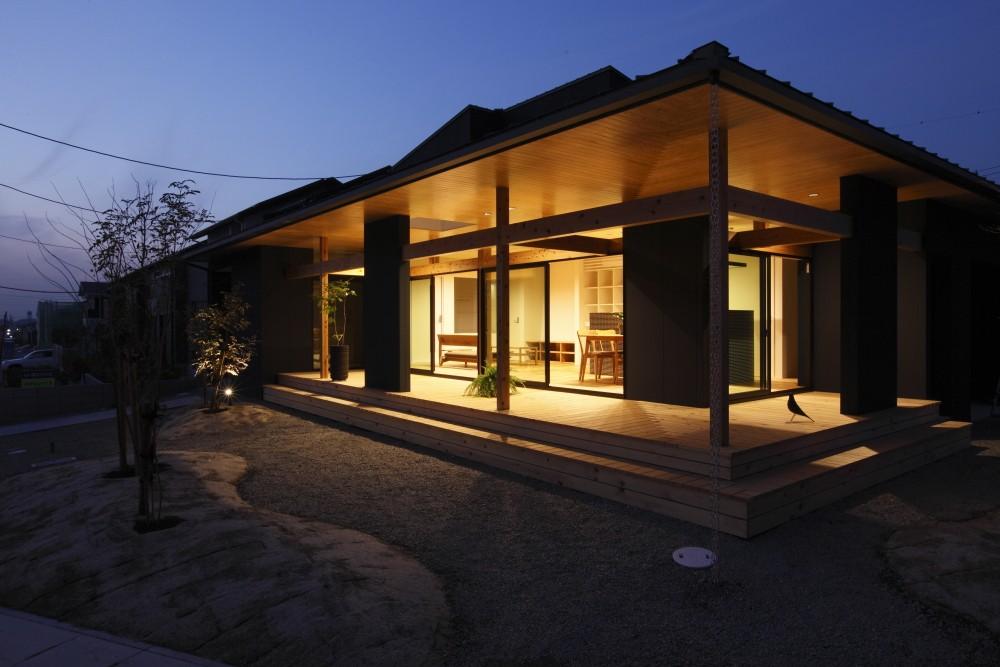 外観事例:外観 夜(水平に広がる大きな軒と縁側のある家(阿久比の家))