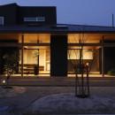 水平に広がる大きな軒と縁側のある家(阿久比の家)の写真 外観 夜