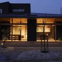 水平に広がる大きな軒と縁側のある家(阿久比の家) (外観 夜)