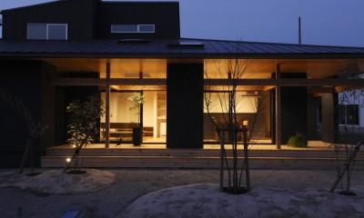 外観 夜|水平に広がる大きな軒と縁側のある家(阿久比の家)
