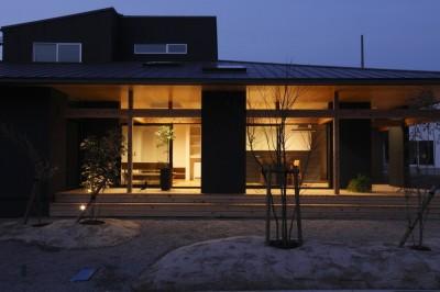 外観 夜 (水平に広がる大きな軒と縁側のある家(阿久比の家))
