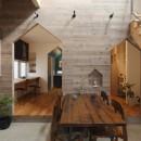 物語のなかに入ったようは非日常を感じられる家(羽束師の家)の写真 リビングダイニング