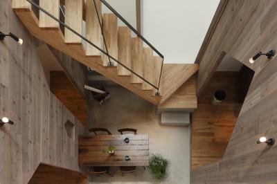 階段 (物語のなかに入ったようは非日常を感じられる家(羽束師の家))