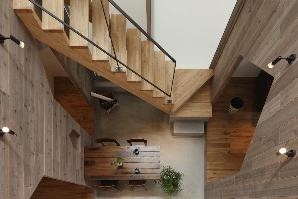 物語のなかに入ったようは非日常を感じられる家(羽束師の家) (階段)