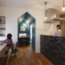 物語のなかに入ったようは非日常を感じられる家(羽束師の家)の写真 キッチン ワークスペース