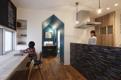 キッチン ワークスペース (物語のなかに入ったようは非日常を感じられる家(羽束師の家))
