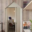 物語のなかに入ったようは非日常を感じられる家(羽束師の家)の写真 廊下 書斎